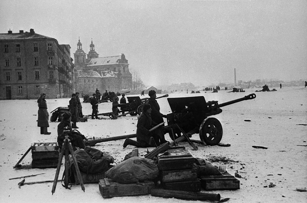 Des troupes soviétiques mènent un combat pour Cracovie
