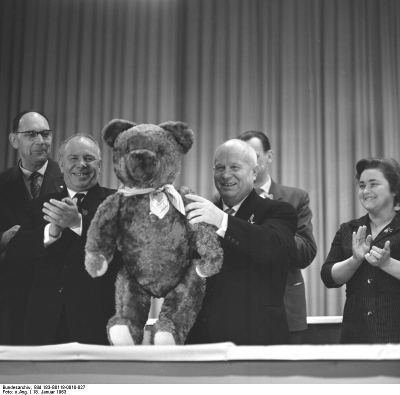 Hruščov drži plišastega medvedka na obisku v Nemški demokratični republiki