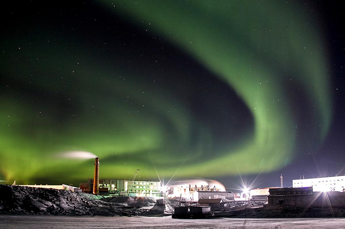 Северное сияние в поселке Диксон. Самый северный поселок России, расположенный в Таймырском Долгано-Ненецком районе Красноярского края.