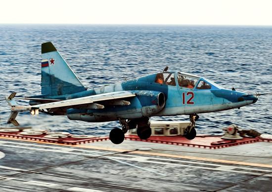 Sujói Su-25UTG ruso a bordo del portaaviones Almirante Kuznetsov.