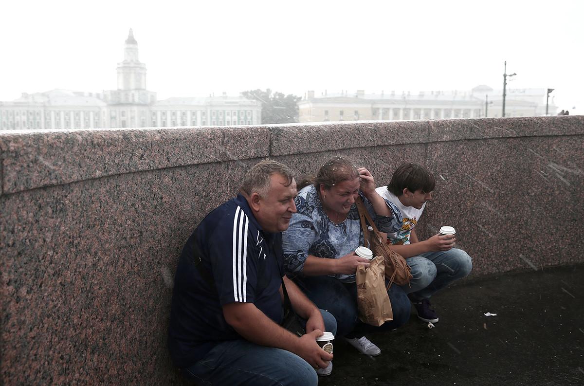 Санкт Петербург. Људи се крију од кише.