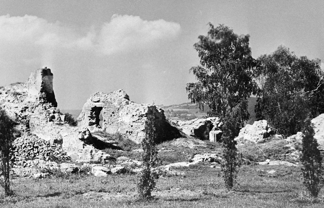 Las ruinas del castillo Wartenberg sobre el río Dunajec