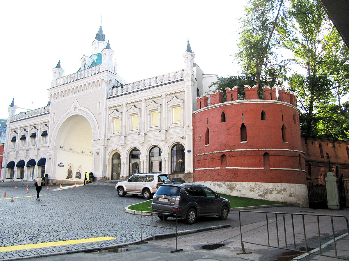 Фрагмент от старата градска стена и вход към Третяковския проход в Москва