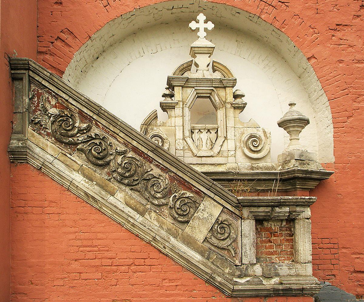 Детайли от декорацията на църквата, монтирани в стената на Донския манастир, където се намира Музеят на руската архитектура. Архитект Петър Потапов, 1696 г.
