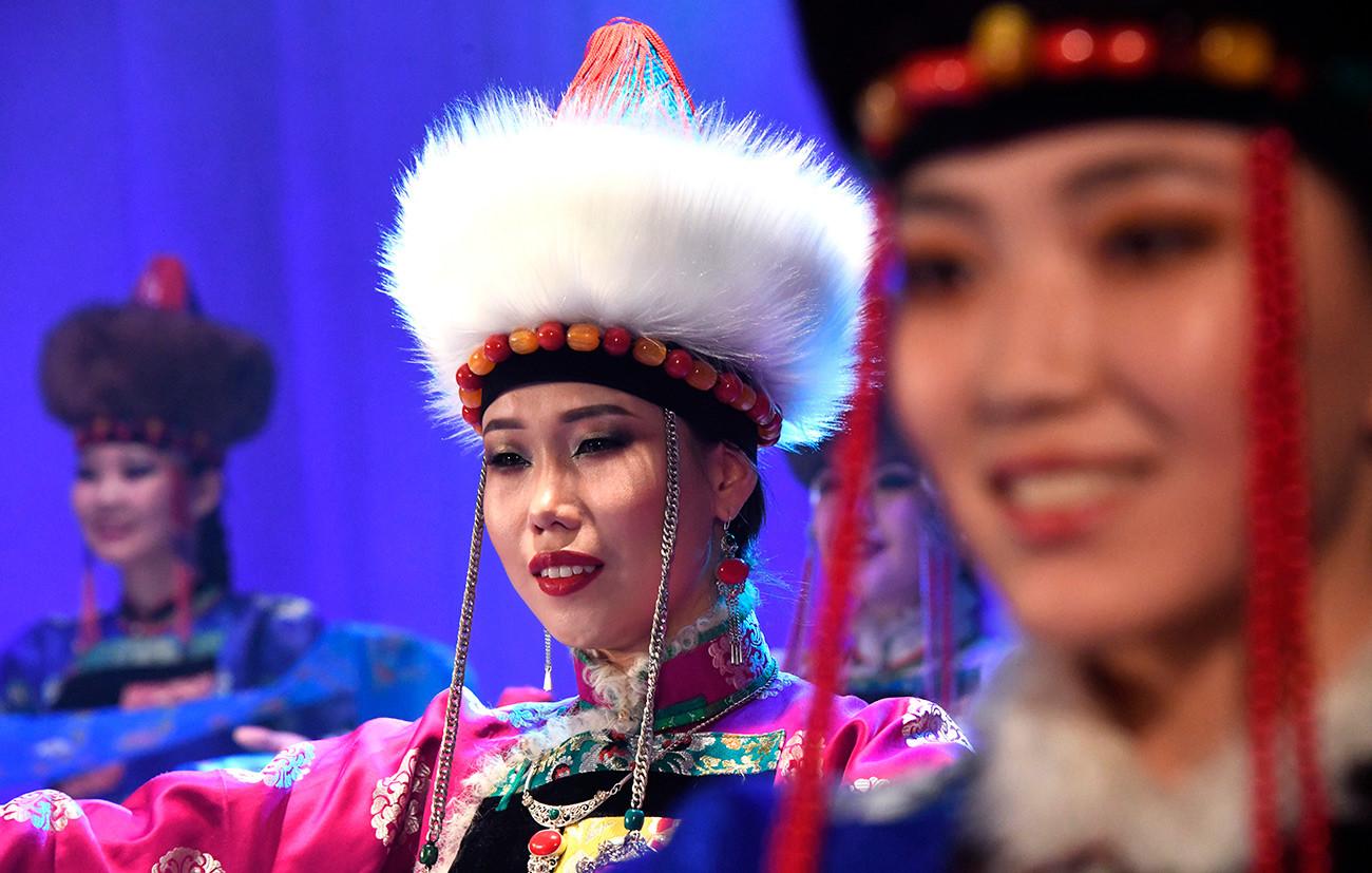 """Учеснице избора за мис """"Дангина"""" у Чити. Реч """"дангина"""" на бурјатском значи """"вила, чаробница, лепотица"""". У овом избору за мис учествују девојке из Иркутске области, Забајкалског краја, руске републике Бурјатије и Монголије."""