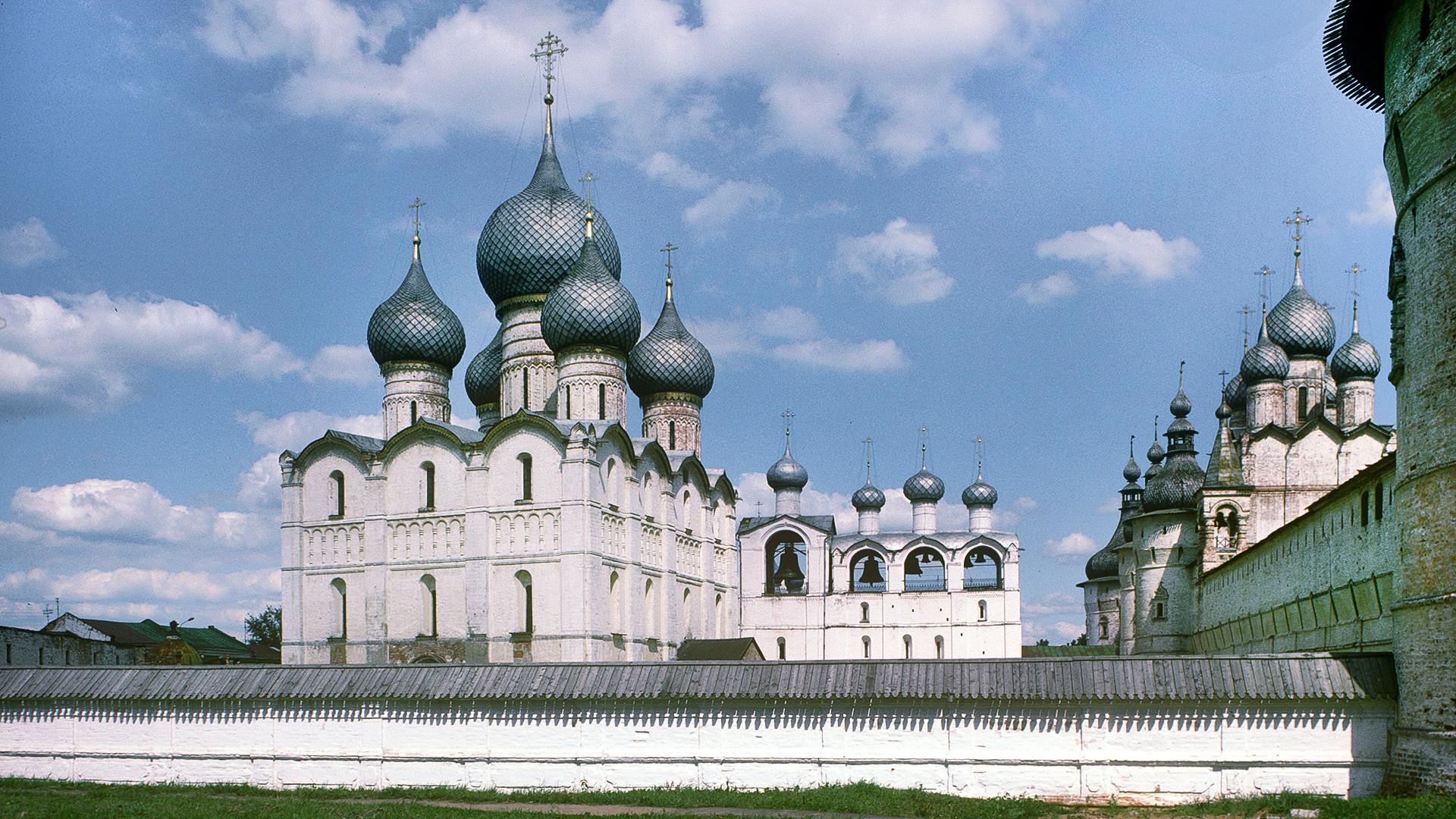 Rostov Velikij. Complesso della cattedrale, vista sud-ovest. Da sinistra: Cattedrale della Dormizione, campanile, parete nord del Cremlino, Chiesa della Resurrezione sopra la Porta Nord. 28 giugno 1995