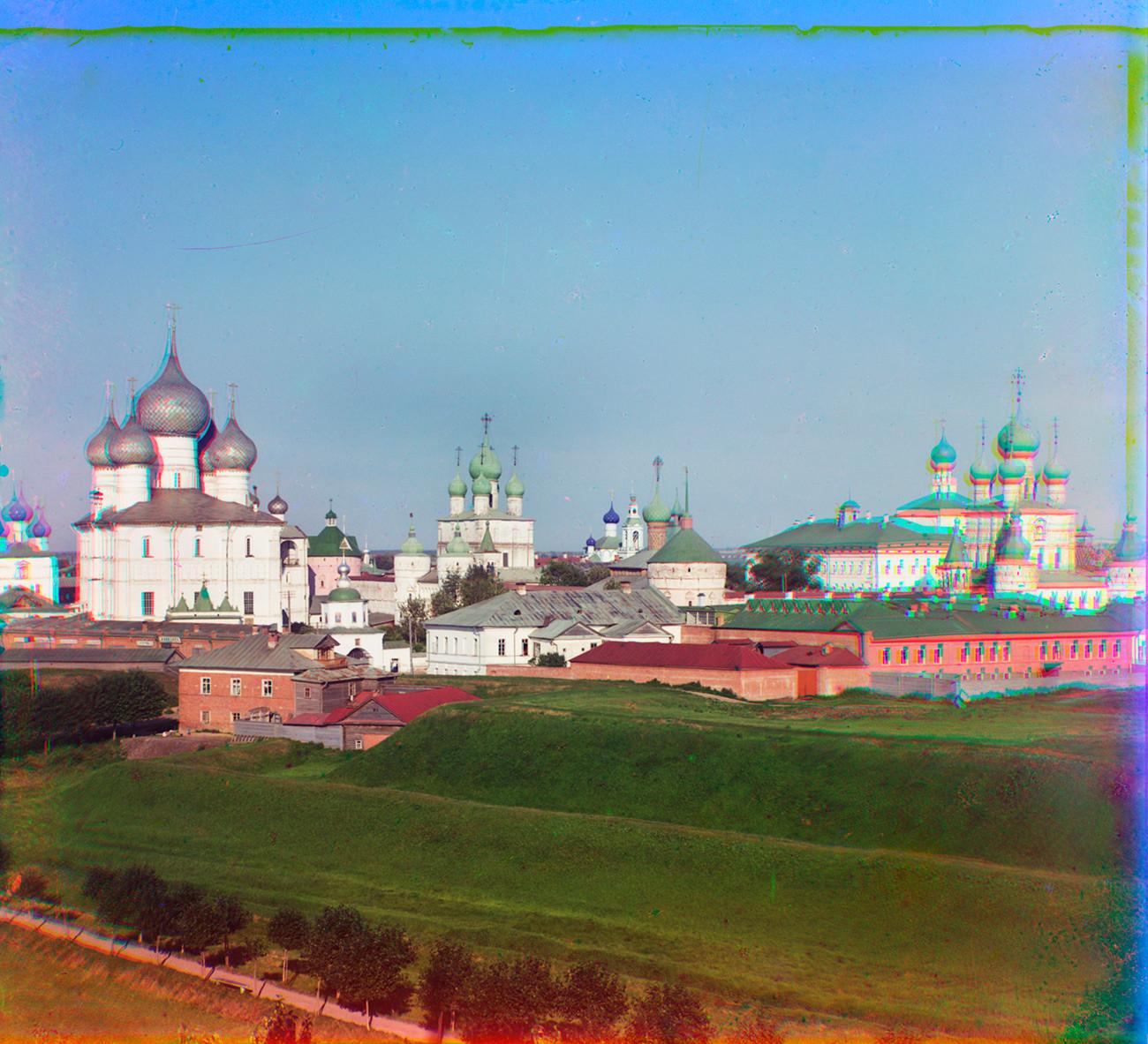 Cremlino di Rostov Velikij. Vista nord-ovest dal campanile della chiesa di Ognissanti (ora distrutta). Da sinistra: Cattedrale della Dormizione, Chiesa della Resurrezione sopra la Porta Nord, Chiesa di San Giovanni il Divino sopra la Porta Ovest. Estate 1911
