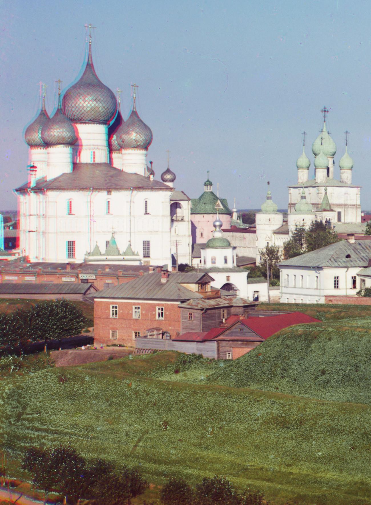 Complesso della cattedrale, vista nord-ovest. Da sinistra: Cattedrale della Dormizione, campanile, Porta Santa, parete nord del Cremlino con la Chiesa della Resurrezione sopra la Porta Nord. Estate 1911
