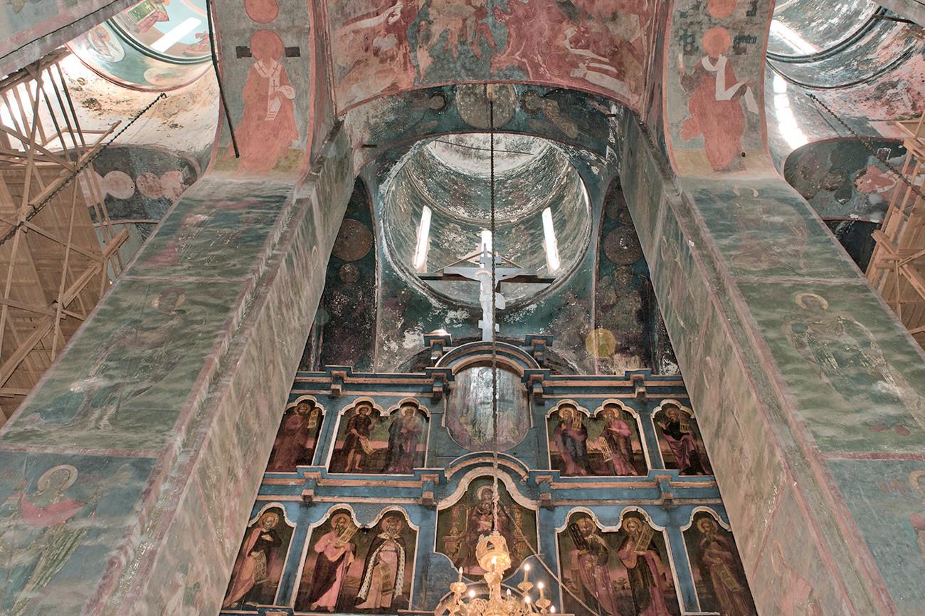 Cattedrale della Dormizione, interno. Vista verso est con la cupola principale e l'iconostasi. 5 luglio 2019