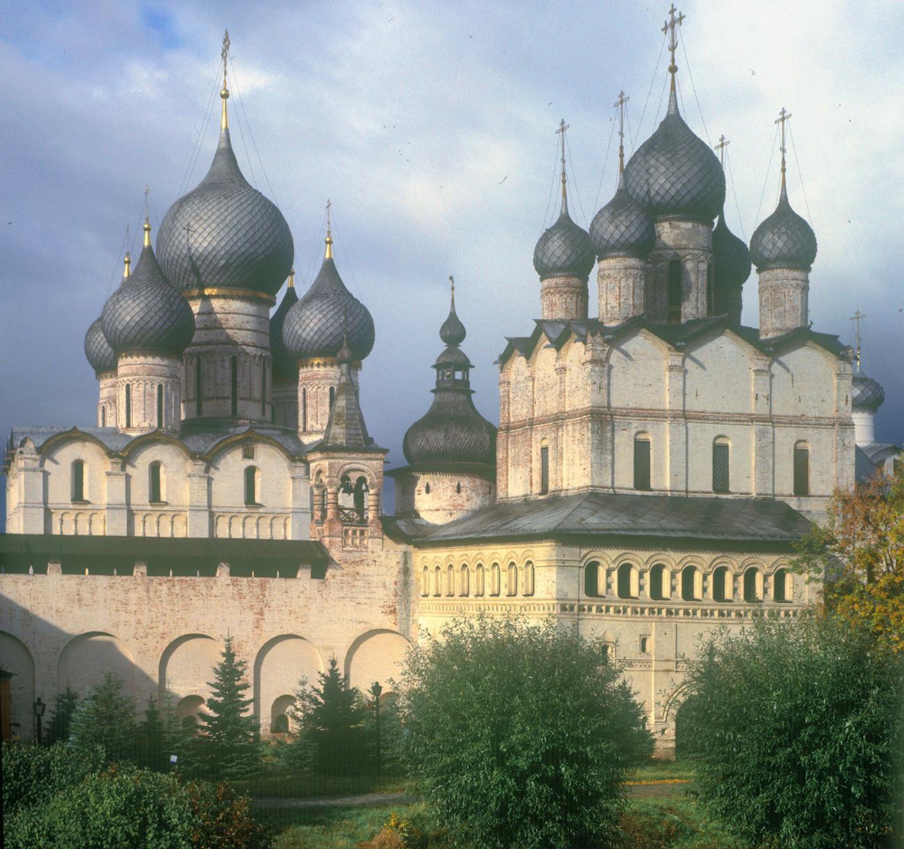 Cattedrale della Dormizione (a sinistra), parete nord del Cremlino e Chiesa della Resurrezione sopra la Porta Nord. Facciata sud, vista dalla residenza del Metropolita. 4 ottobre 1992