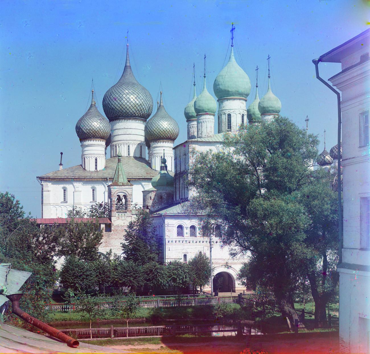 Cattedrale della Dormizione (a sinistra), parete nord del Cremlino e Chiesa della Resurrezione sopra la Porta Nord. Facciata sud, vista dalla residenza del metropolita. Estate 1911