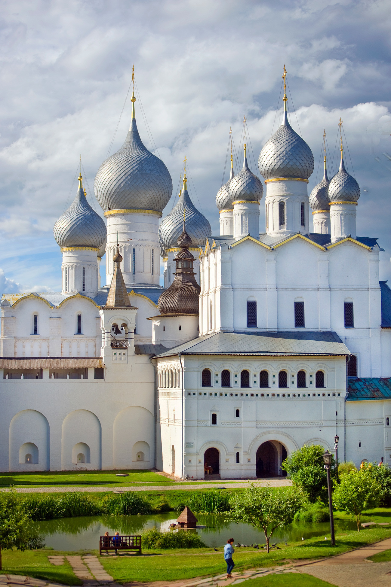 Cattedrale della Dormizione (a sinistra), parete nord del Cremlino e Chiesa della Resurrezione sopra la Porta Nord. Facciata sud, vista dalla residenza del metropolita. 5 luglio 2019