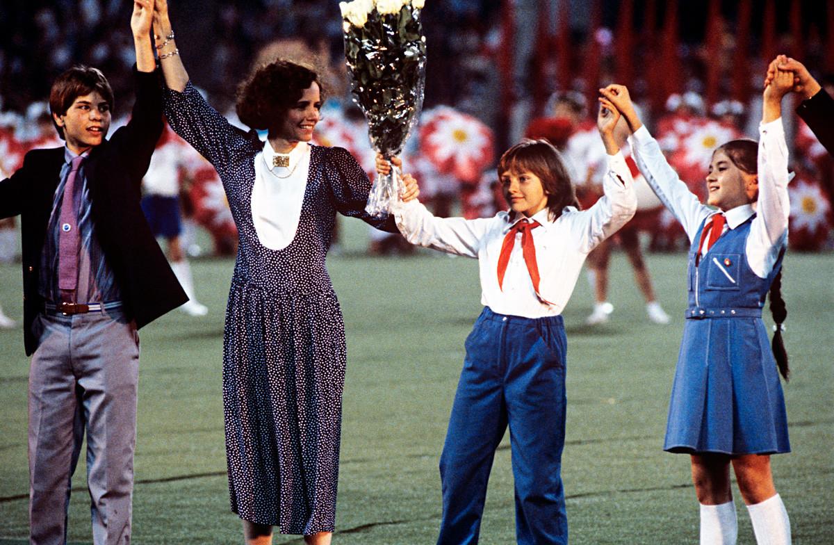 Jane Smith, mère de Samantha, et la Russe Katia Lytcheva (deuxième à droite) lors de l'ouverture de la première édition des Goodwill Games, à Moscou