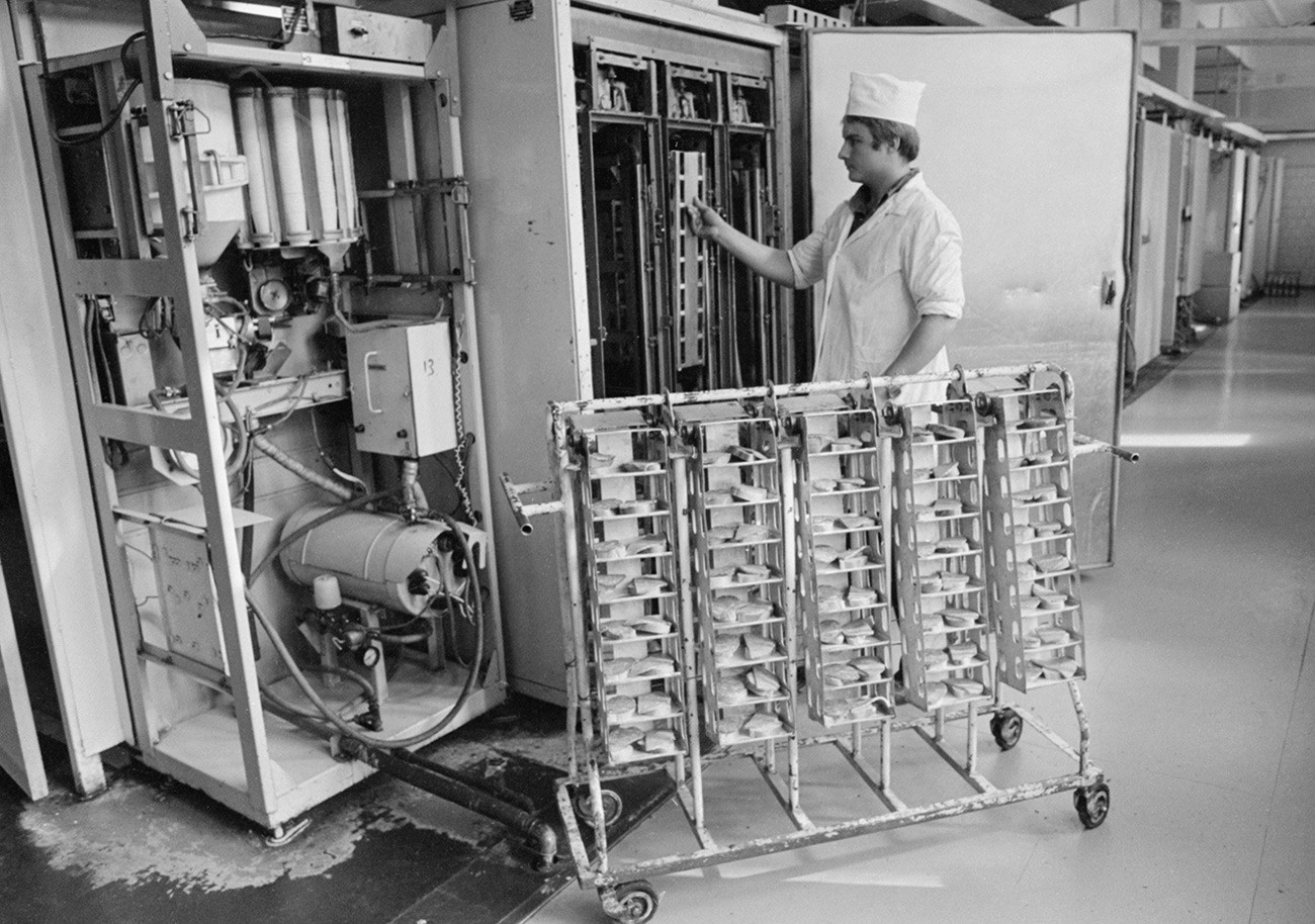 El mecánico Evgueni Nazárov recargando los bocadillos en una máquina