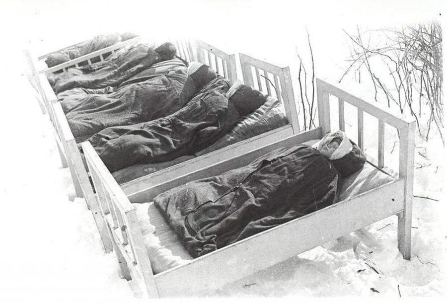 Des enfants soviétiques dorment dehors en plein hiver dans les années 1950.