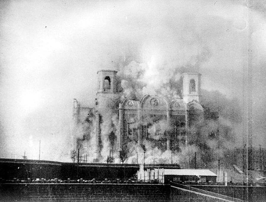 Photo prise lors de la destruction de la cathédrale