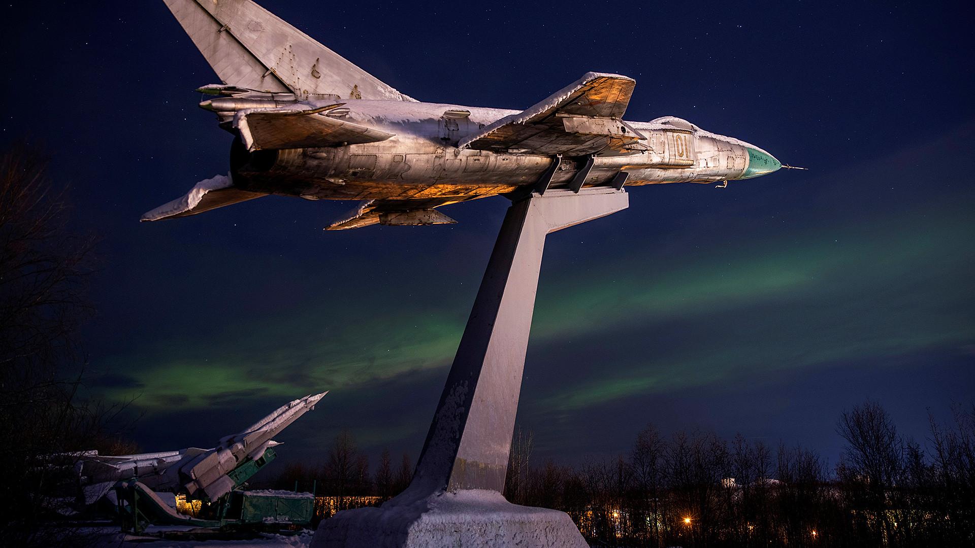 Cahaya utara di atas tugu peringatan Prajurit Korps Pertahanan Udara Pertama Abram Mys di luar Murmansk pada akhir Oktober 2019.