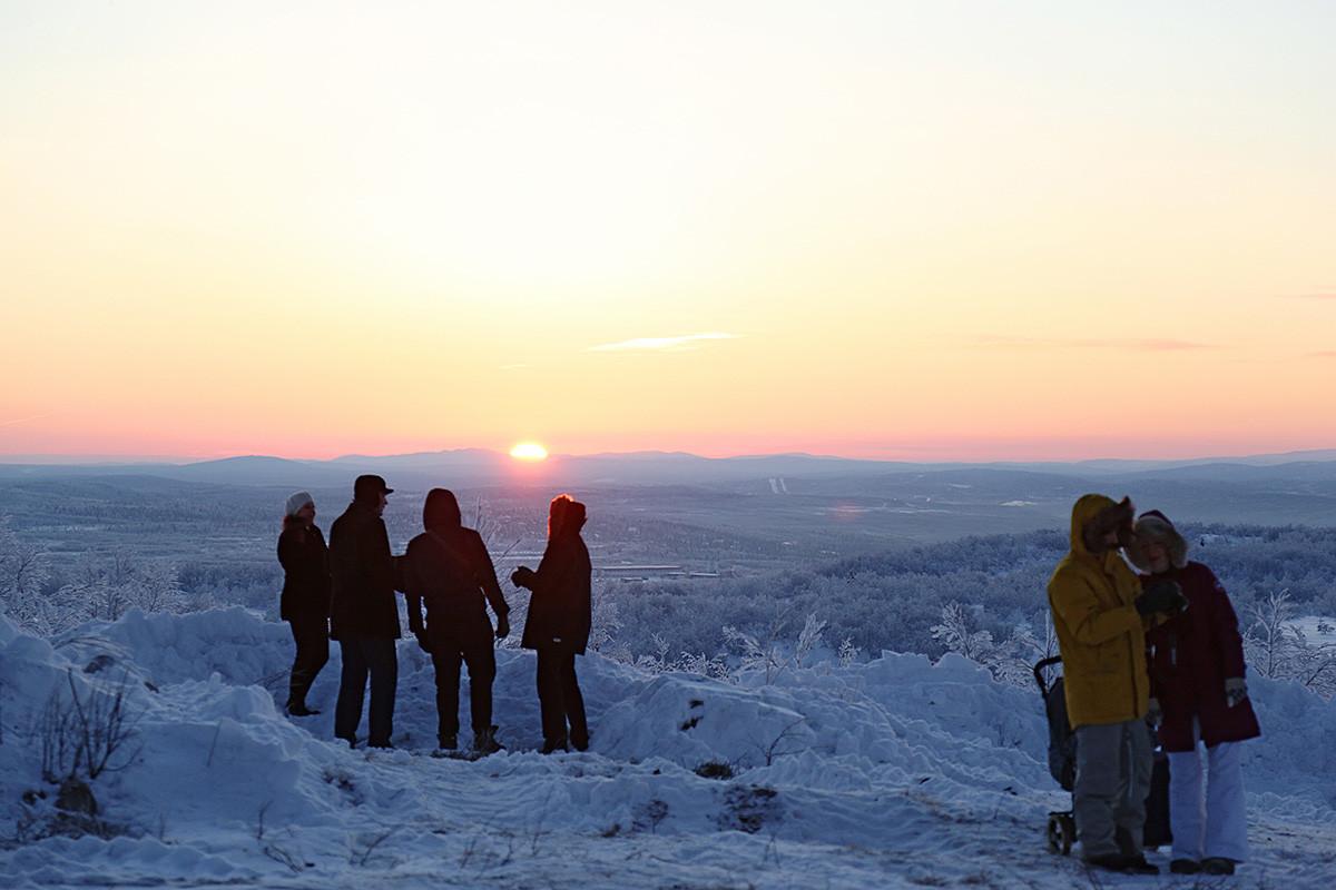 """Sejumlah warga Murmansk berkumpul di puncak Bukti Solnechnaya selama perayaan """"Fajar Pertama"""" pada 11 Januari 2018."""