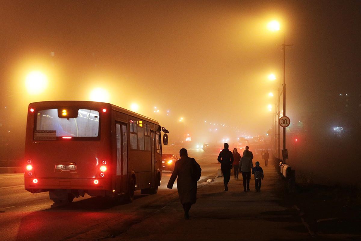 Orang-orang lalu-lalang di jalan Vorkuta.