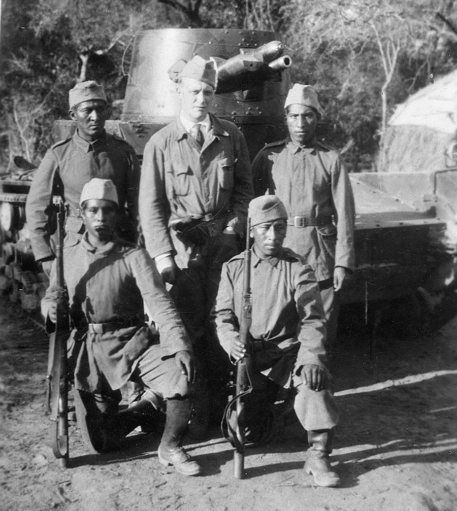 Bolivian soldiers in front of their tanks. Besides four natives, a German belongs to the crew.
