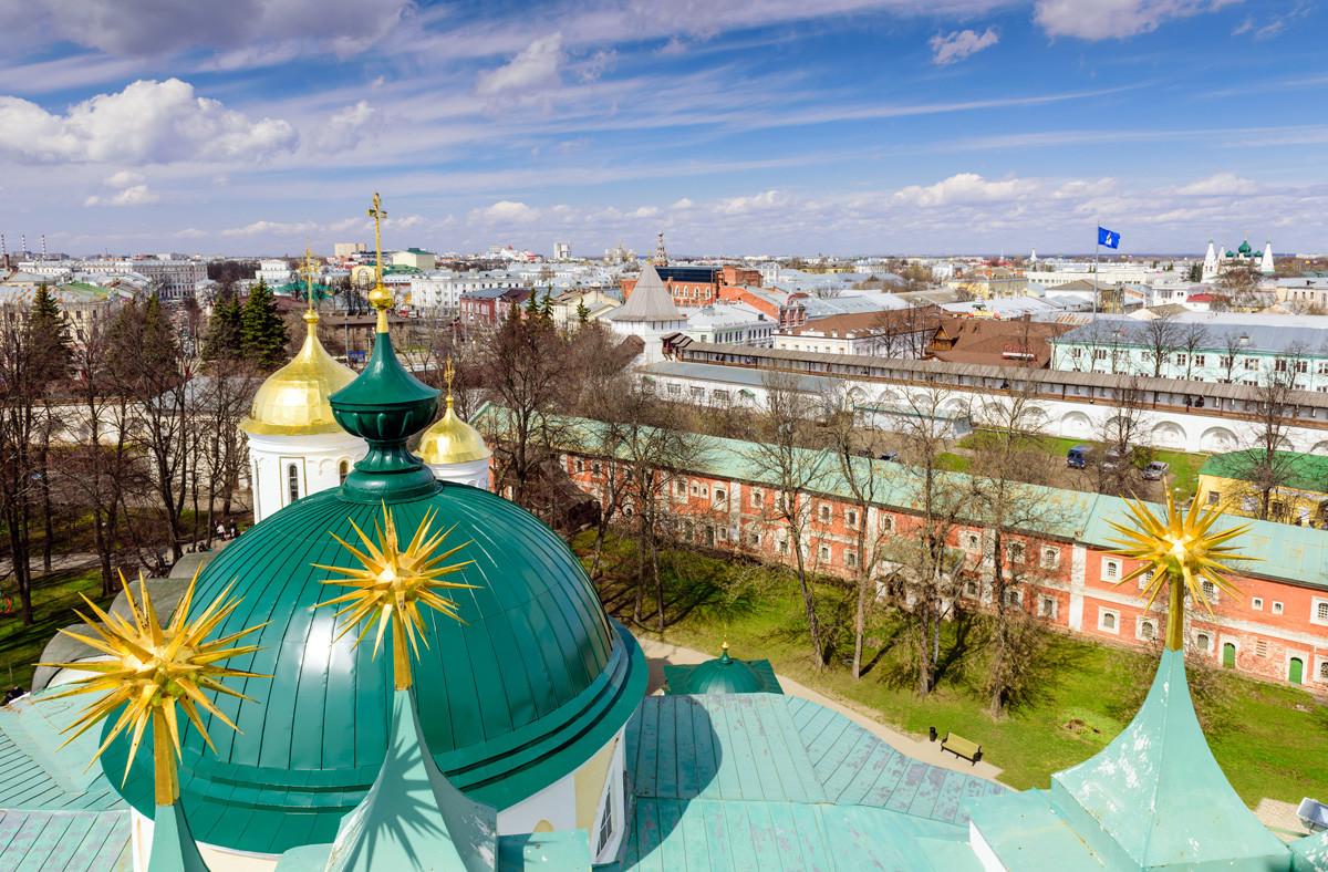 Blick vom Glockenturm der Mariä-Entschlafens-Kathedrale in Jaroslawl