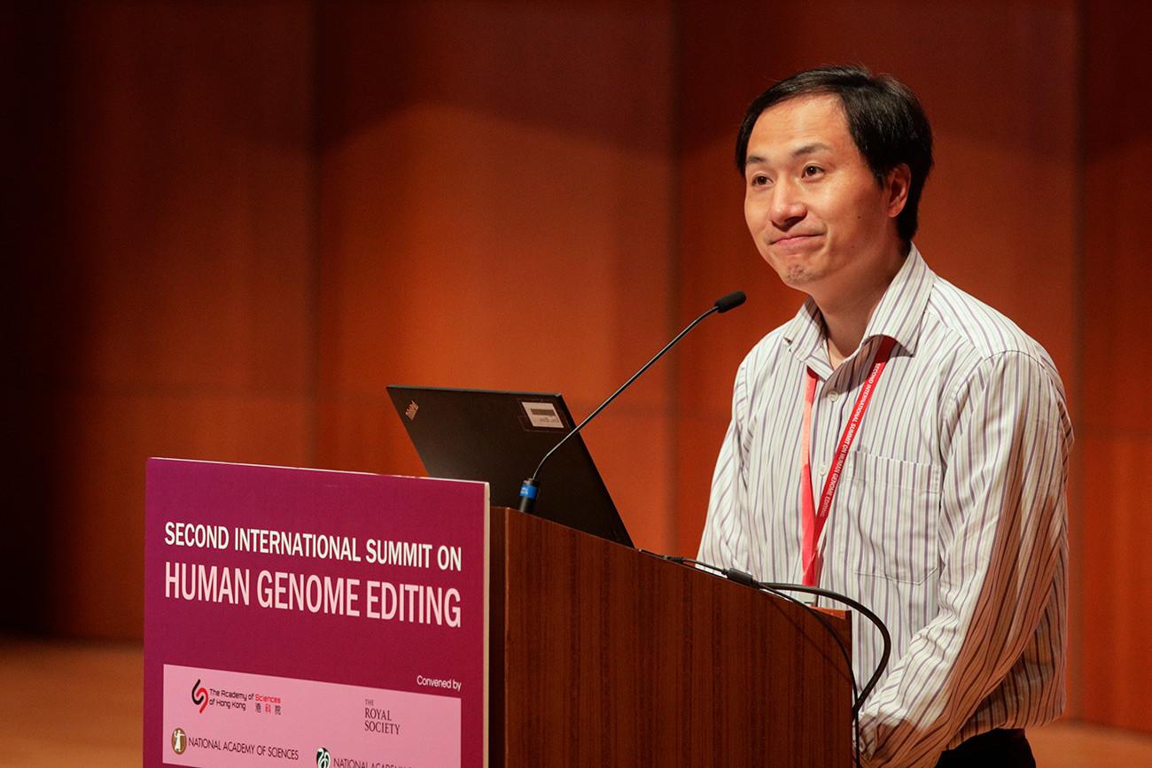 Кинески генетичар Хе Ђенкуеј са Јужног научно-технолошког универзитета у Шенџену (Кина) на Другом међународном скупу посвећеном редиговању људског генома, Универзитет у Хонгконгу.