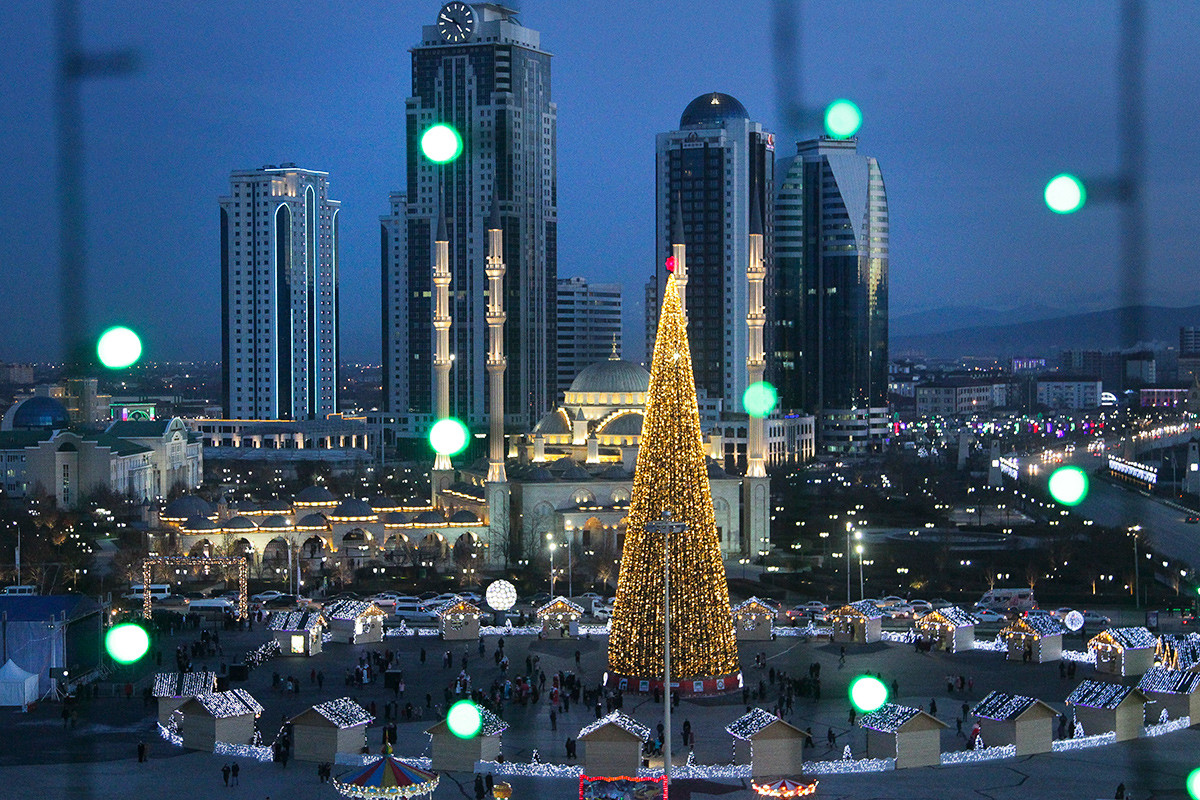 Árvore de Natal e arranha-céus iluminados no centro de Grózni