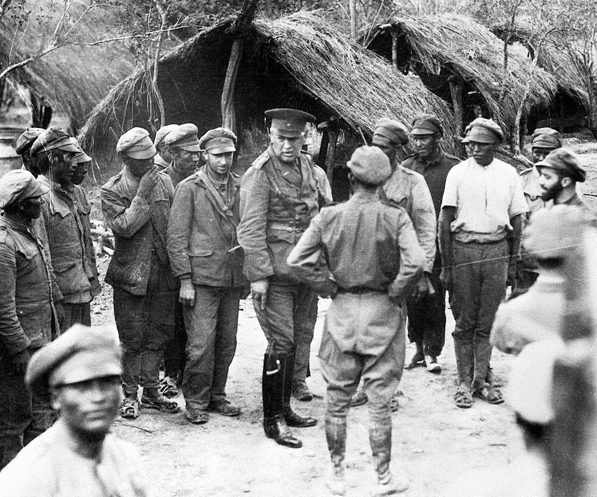 Генерал Кундт проверява боливийските войници по време на Чакската война