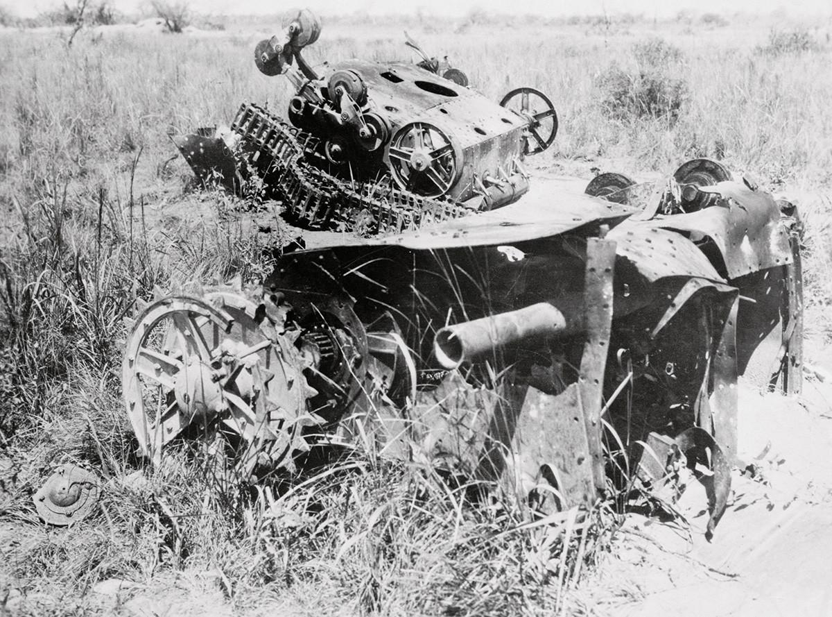 Някои от боливийските танкове са унищожени от вражески войници в Нанава. Войната бушува повече от две години и настоящата сцена е във форт Баливиан, гръбнакът на боливийските сили и за който се твърди, че ще падне преди нападението на Парагвай