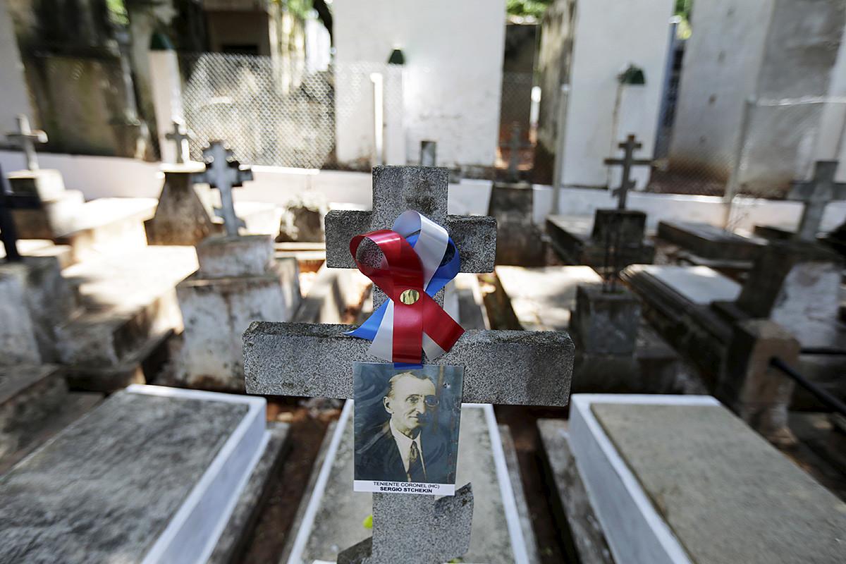 Гробът на руски войник, воювал в Чакската война през 1932-1935 г. между Парагвай и Боливия, на гробището Реколета преди посещението на руския патриарх Кирил в Асунсион