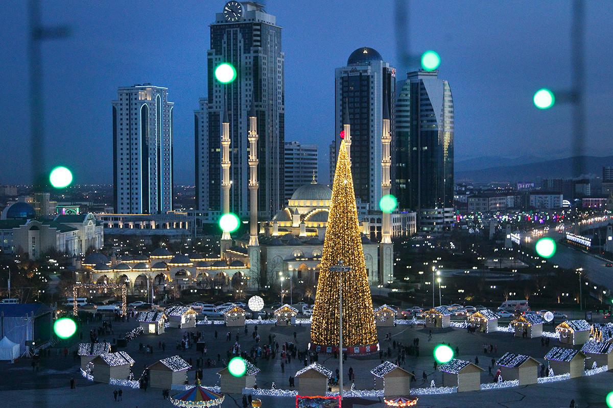 Sebuah pohon Tahun Baru berdiri di sebelah Masjid Akhmad Kadyrovpusat di kota Grozny, ibu kota Chechnya.