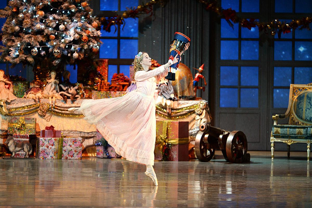 Sebuah adegan dari Shchelkunchik (The Nutcracker) karya Pyotr Tchaikovsky yang ditata oleh Igor Zelensky untuk Opera dan Teater Balet Novosibirsk.
