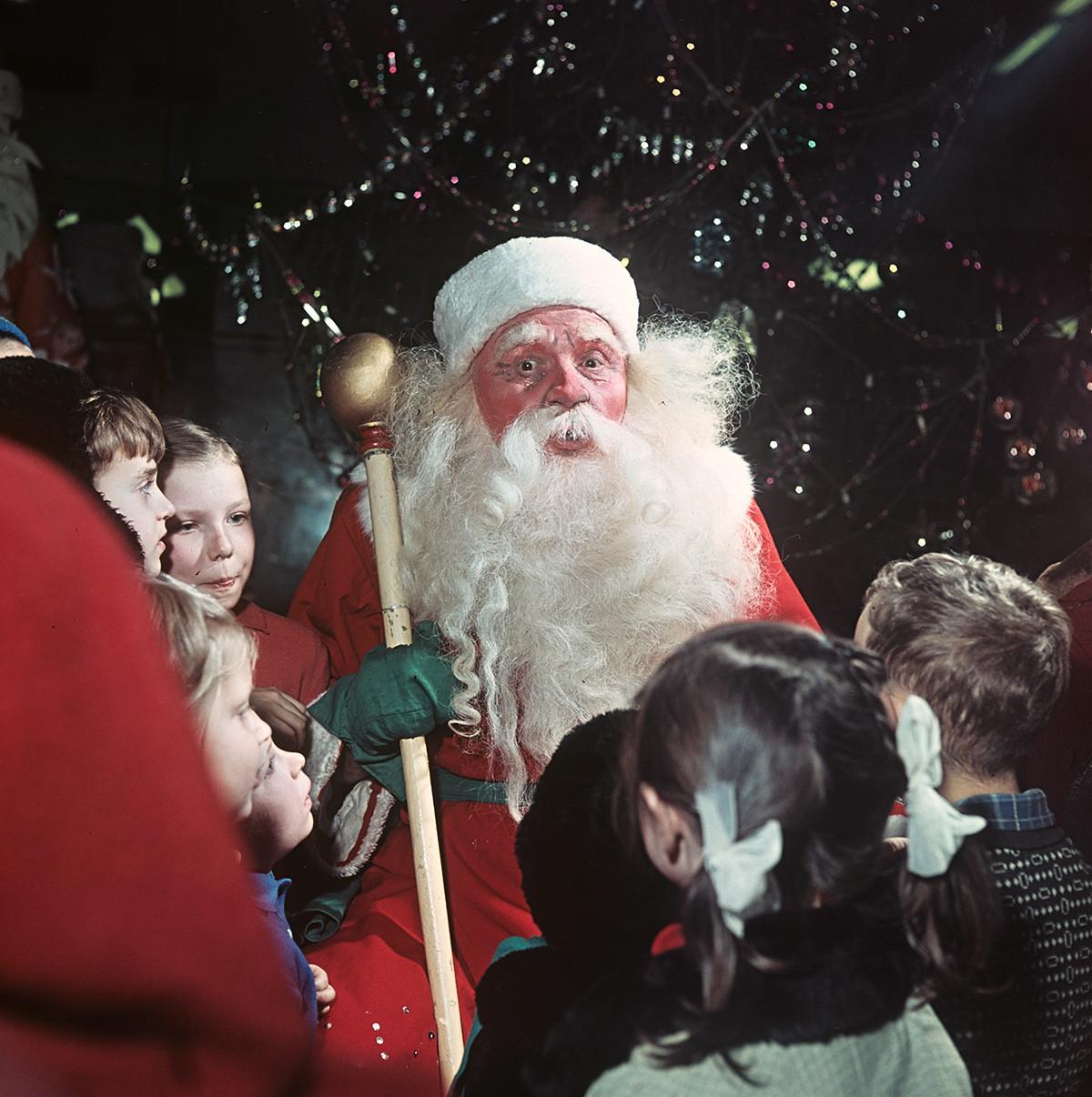 Ded Moroz (Kakek Salju) bercengkrama dengan anak-anak di Detsky Mir (mall khusus anak-anak) pada 1965.