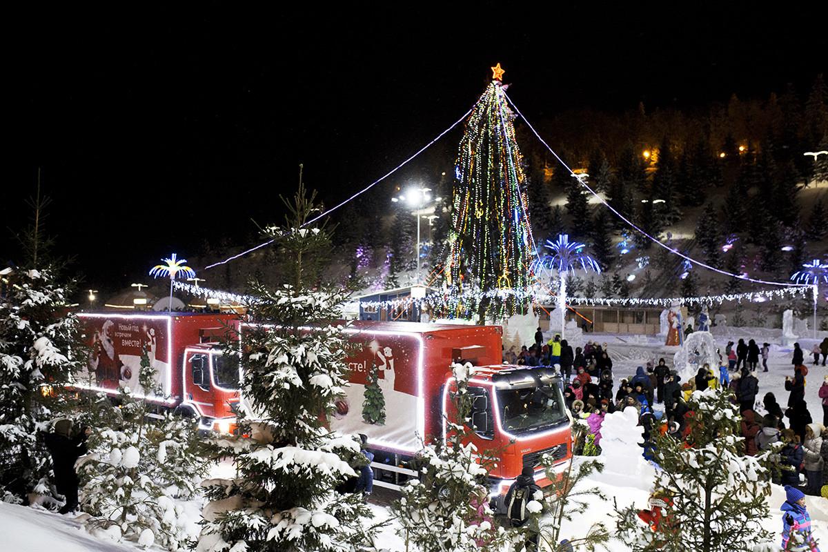 Truk-truk Coca-Cola tiba di Taman Kashkadan untuk acara amal di Ufa.