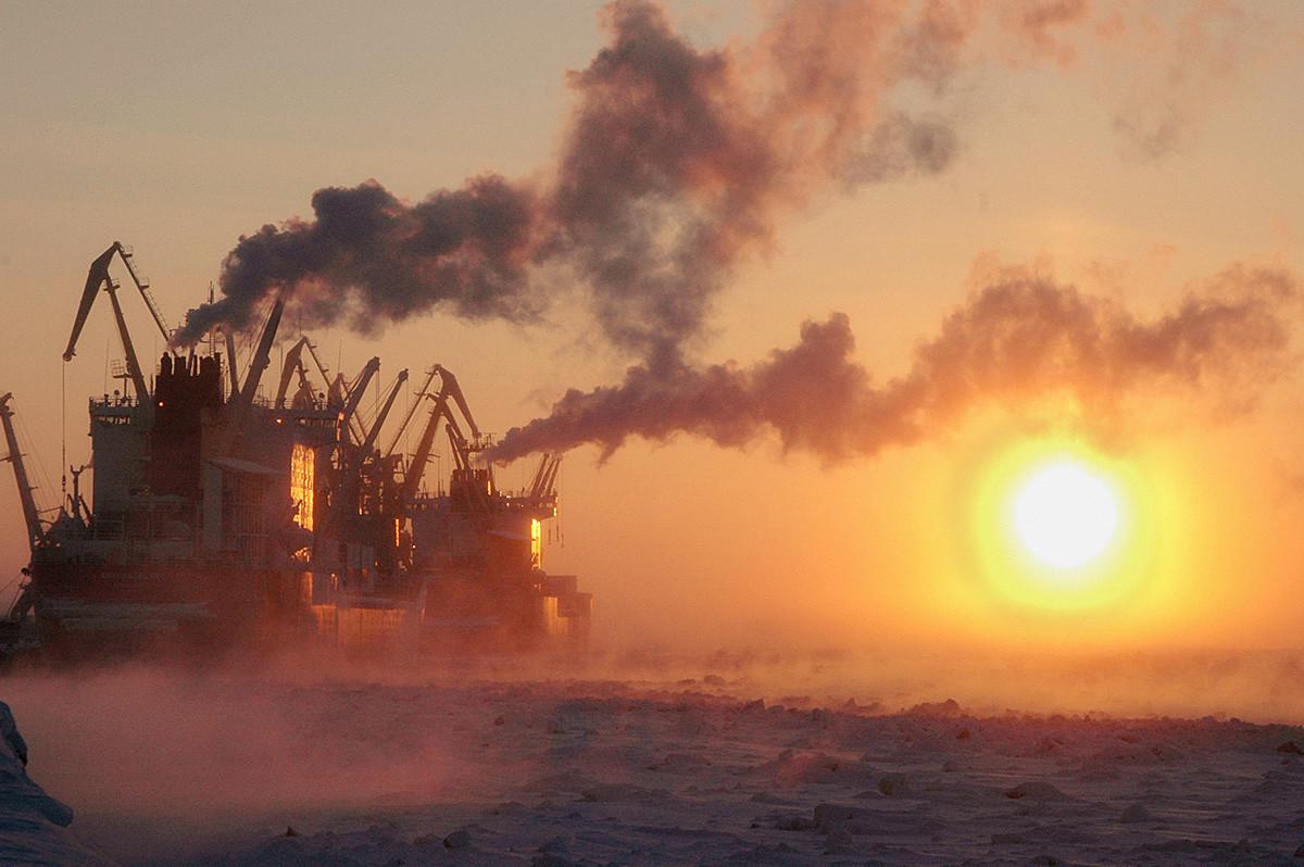 Primera salida del sol en la península de Taymir.