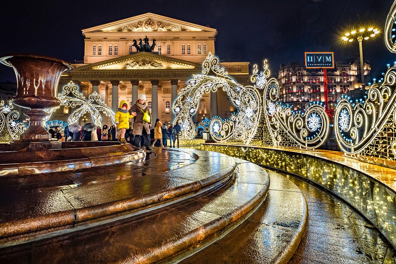 Dekorasi di dekat Teater Bolshoi.