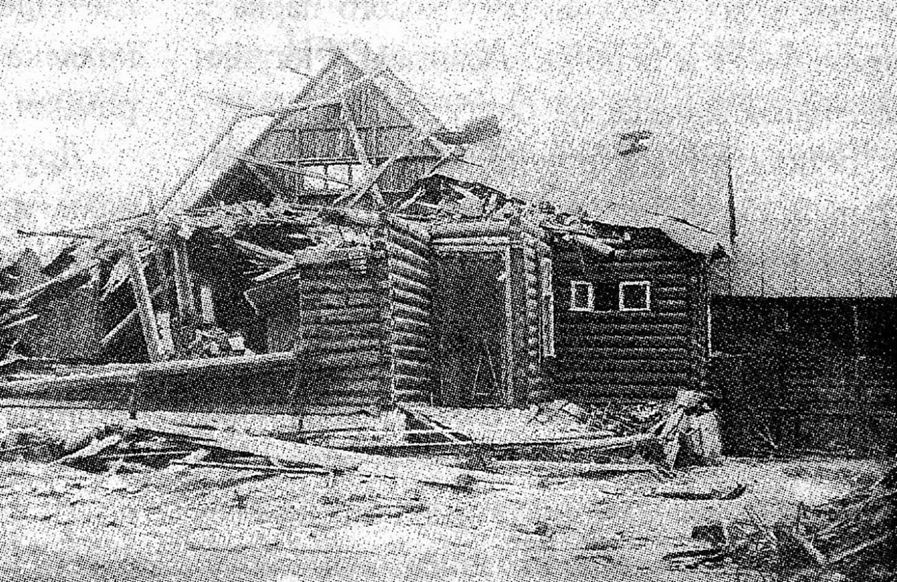 Разрушенный в результате крушения АНТ-20 дом на улице Левитана в поселке Сокол.