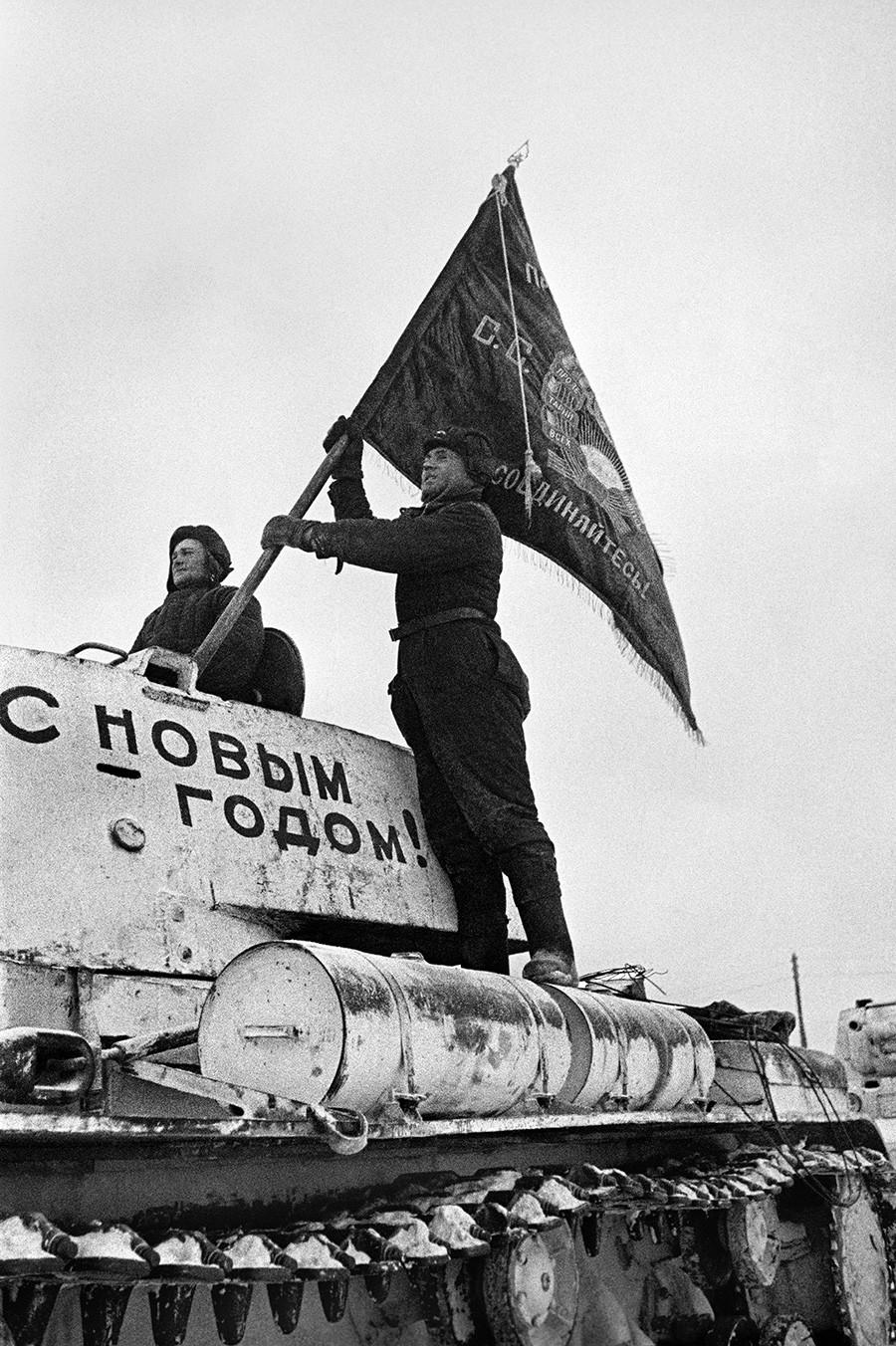 Tankist namešča slavnostno zastavo na tank pred odhodom na fronto za obrambo Moskve 31. decembra 1941. Na tanku piše