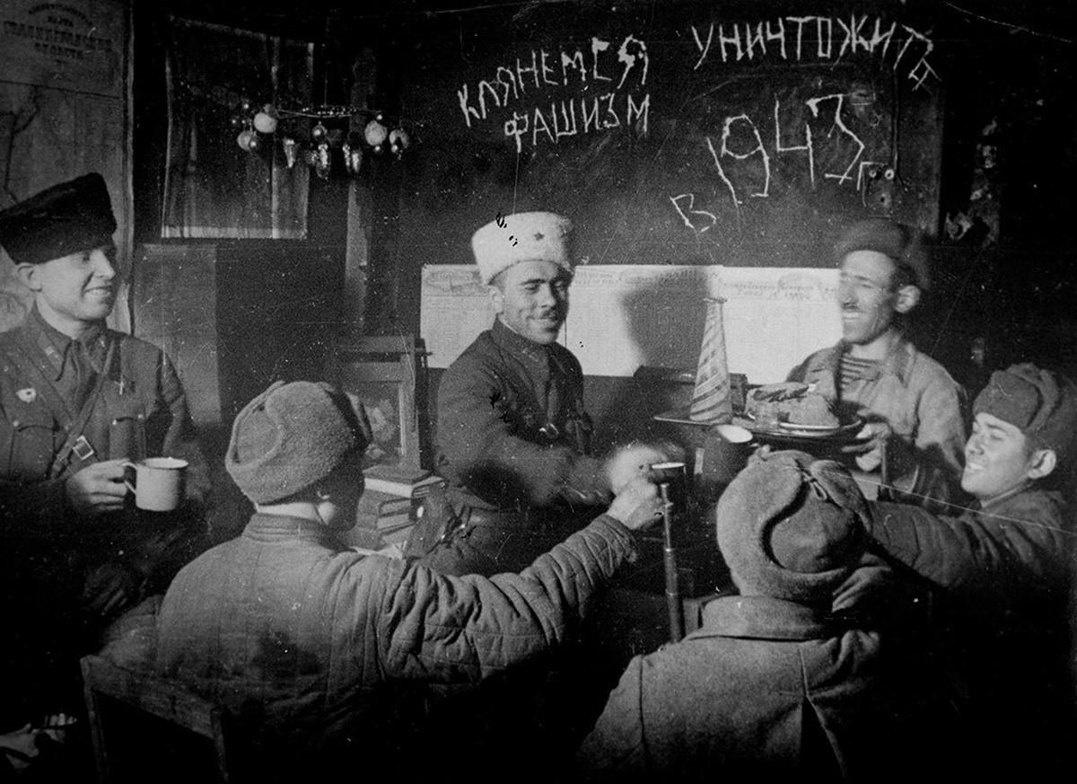 Pripadniki izvidniške in motorizirane strelske čete 13. gardske divizije med praznovanjem novega leta, 31. december 1942 pri Stalingradu.