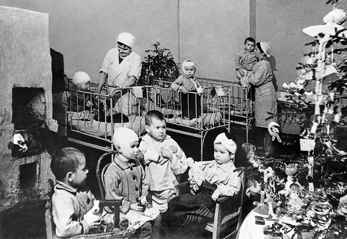 新年のパーティー、 レニングラードのこども病院、レニングラード包囲戦中(1941年12月8日ー1944年1月27日)