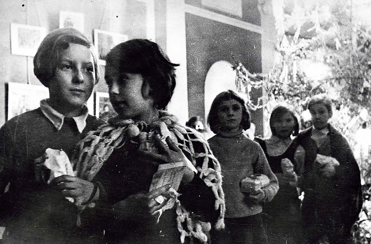 大晦日を祝っている子供たち、レニングラード包囲戦中