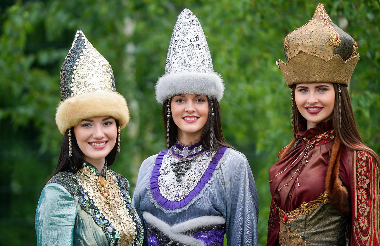 Perempuan Tatar dalam pakaian dan topi tradisional saat perayaan di Kazan, Tatarstan, Rusia.