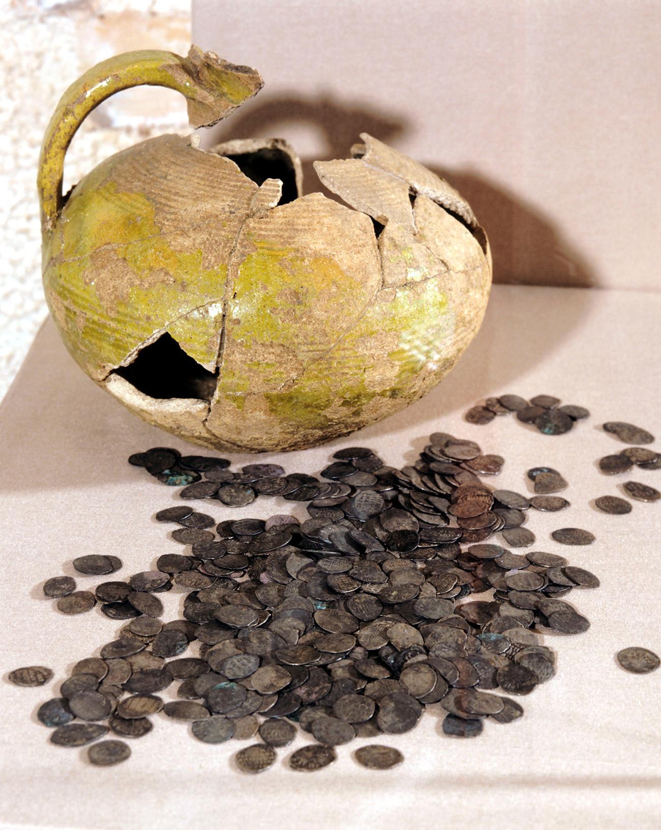 Клад 16 – начала 17 века, найденный в Москве. Так выглядели обычные «чешуйки» – ходовая монета времен Ивана Грозного