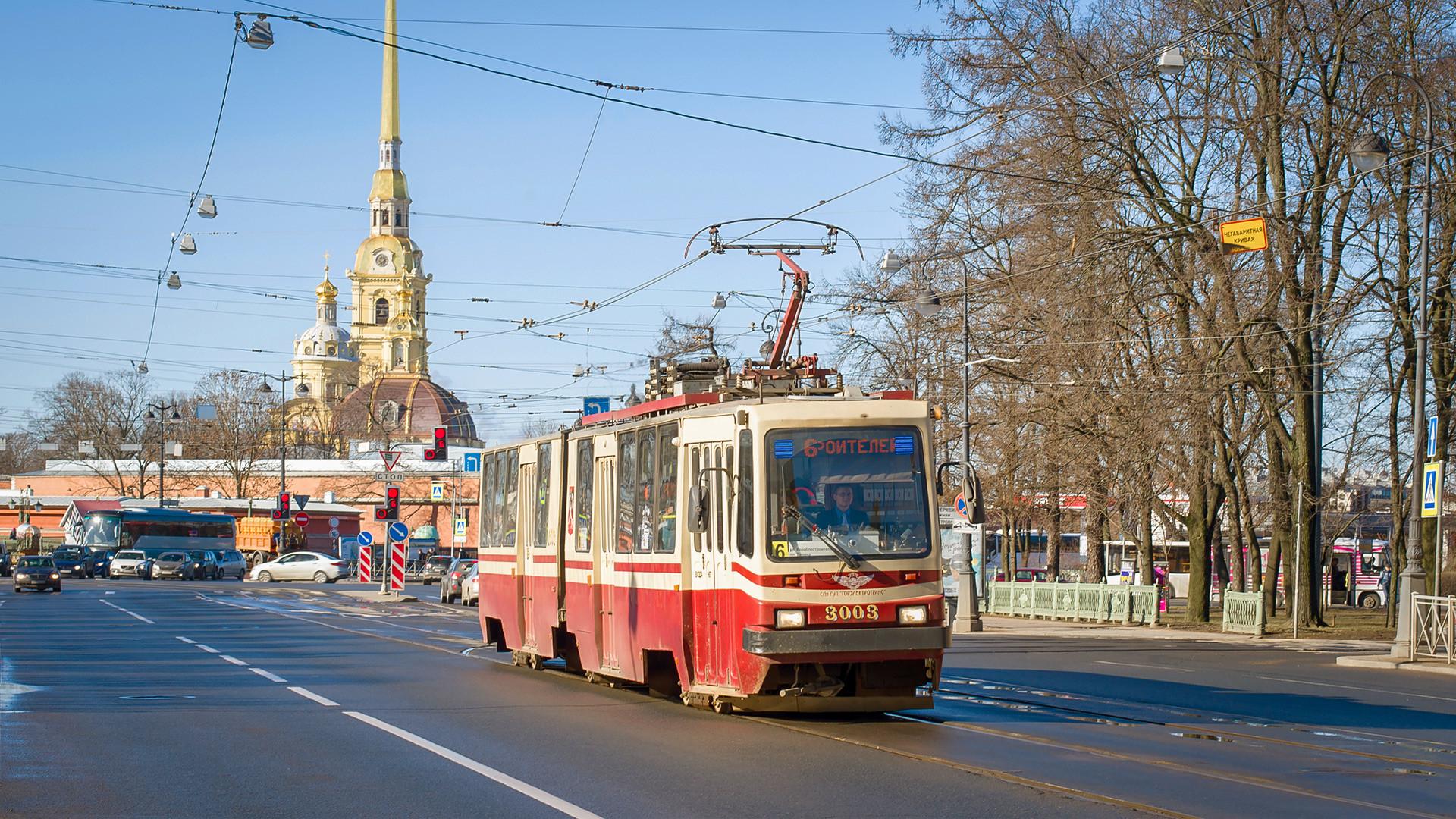 Трамвај бр. 6 испред Петропавловске тврђаве