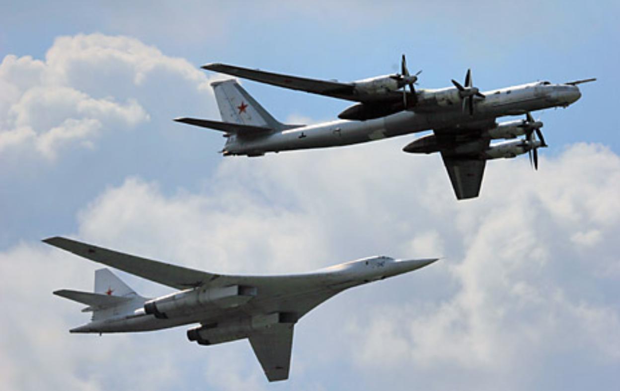Стратегијски бомбардери Ту-160 (лево) и Ту-95 (десно).