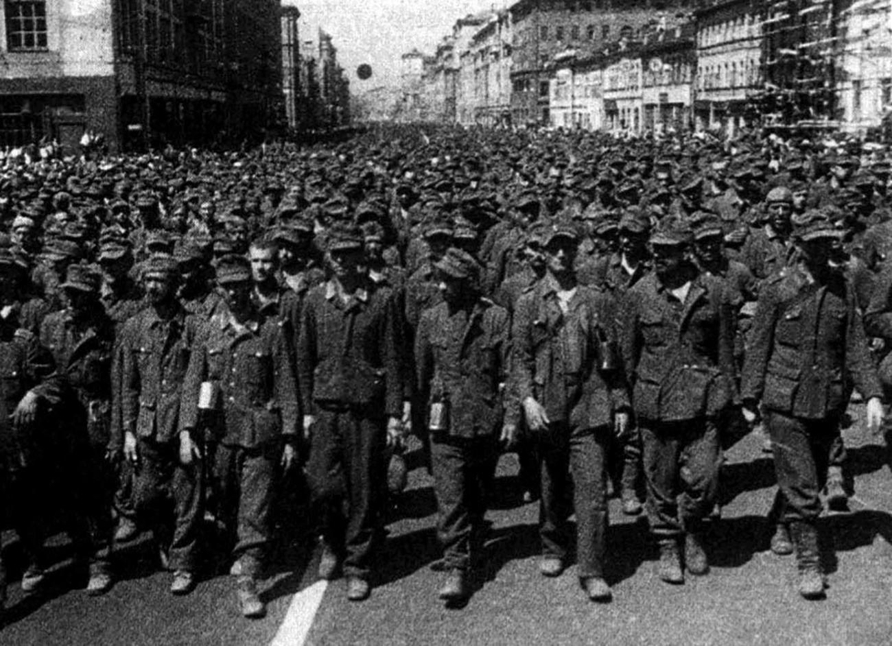 捕虜ドイツ人がモスクワで行進している