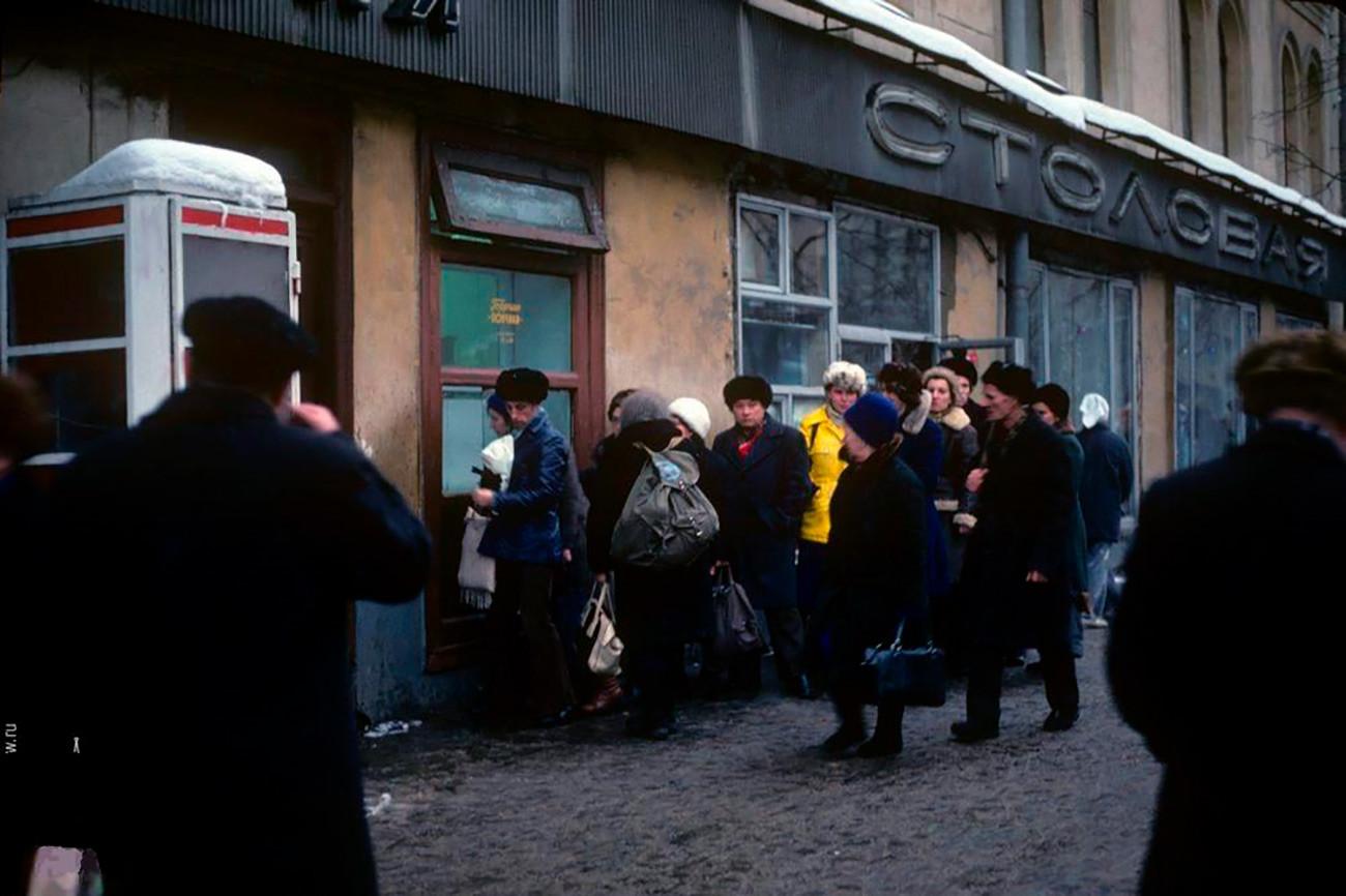 ドーナツを買いに並んでいる人の行列