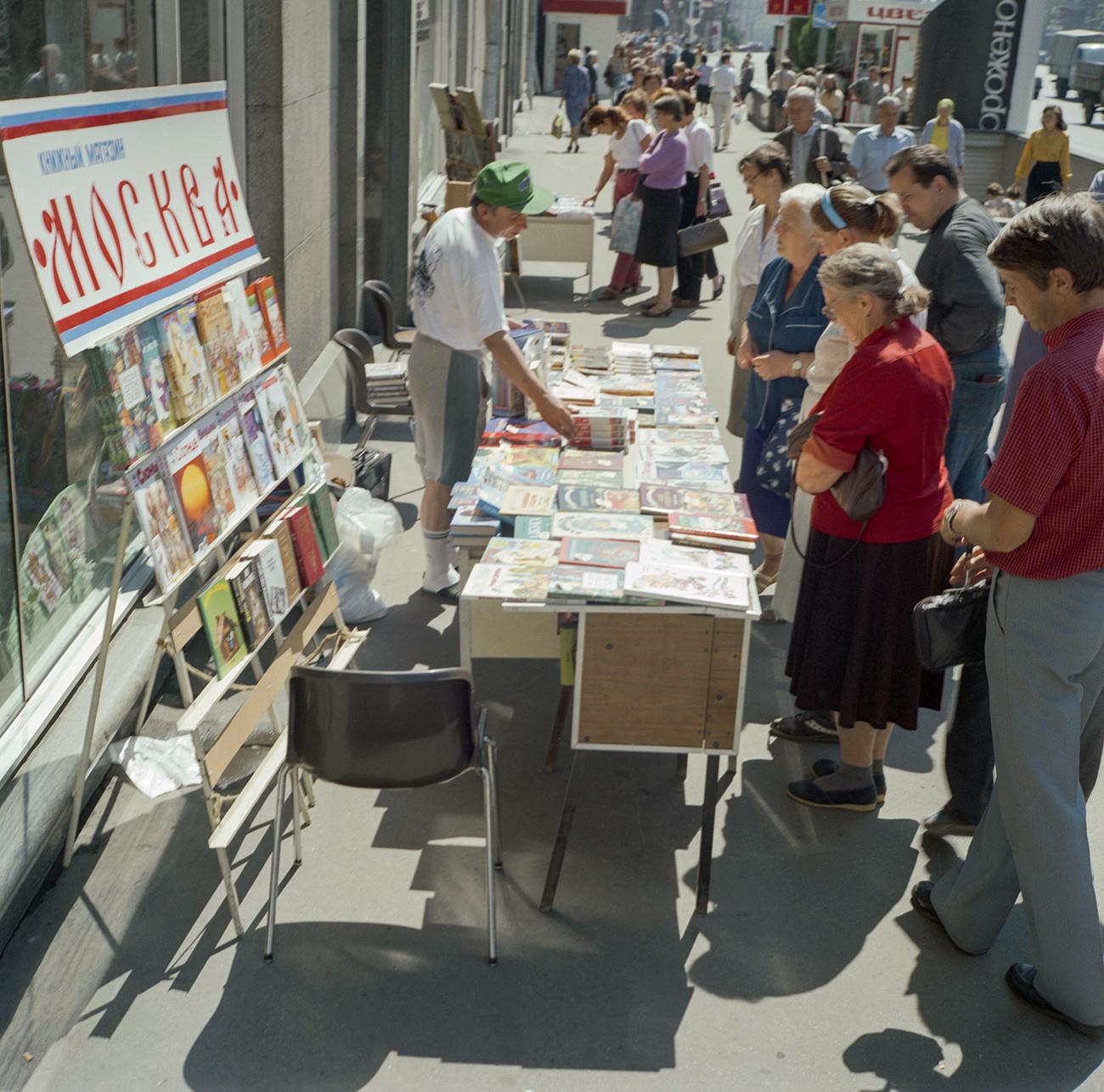 「モスクワ」書店の前