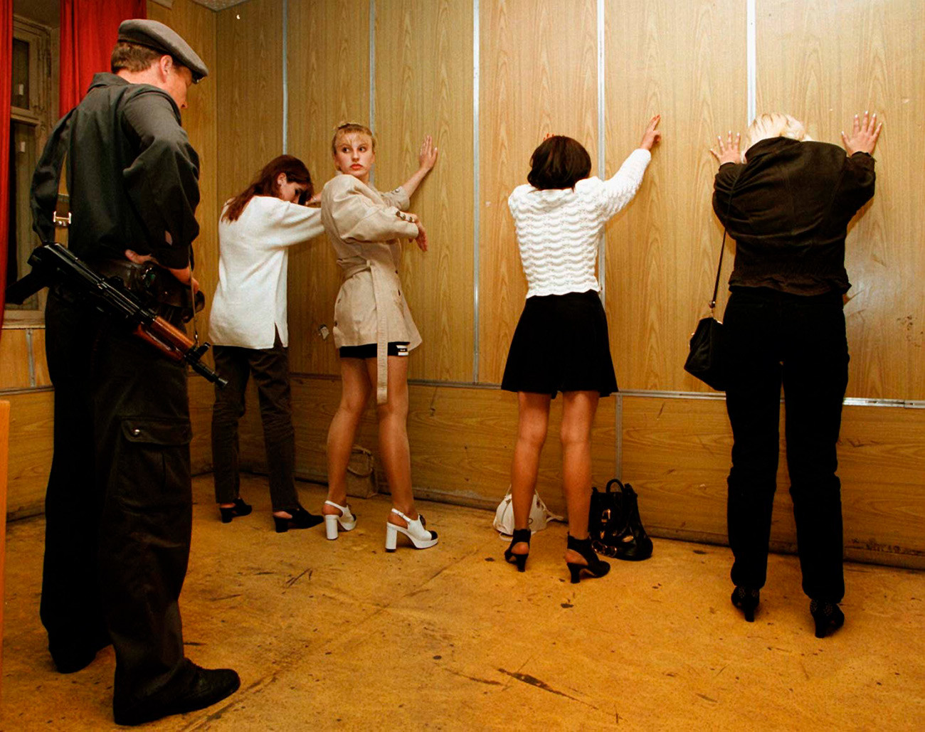 警察による抜き打ち検査で売春で逮捕された4人の女性