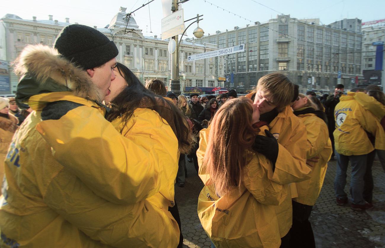 トヴェルスカヤ通りで行われたキス大会